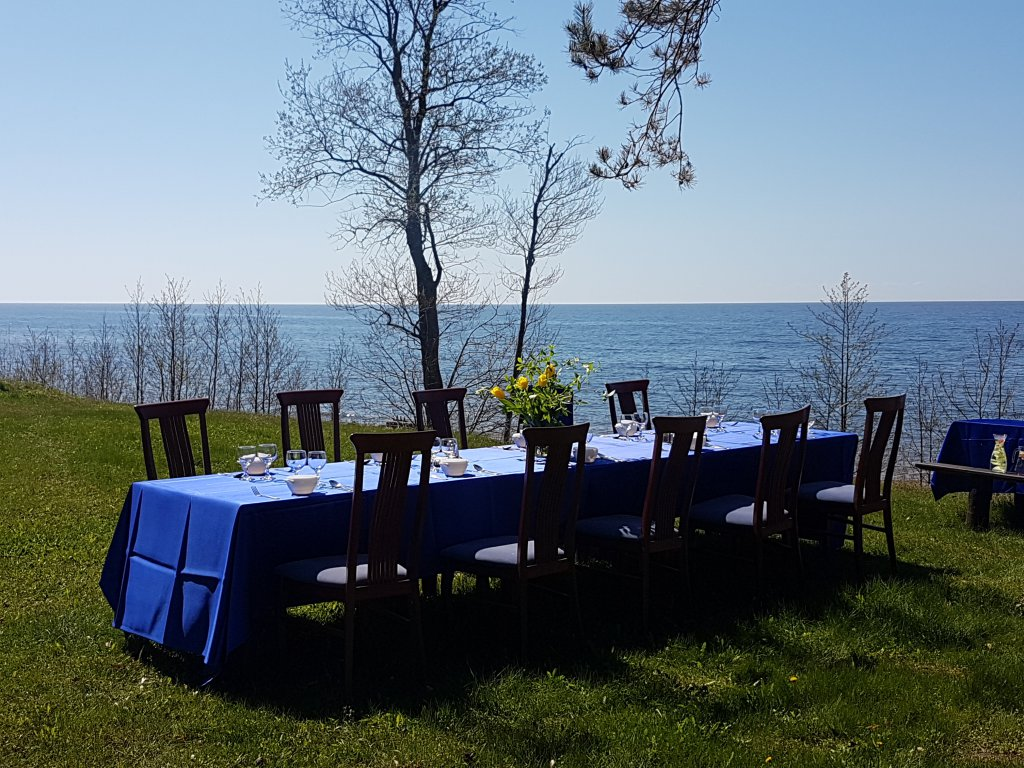 Pusdienas pie jūras