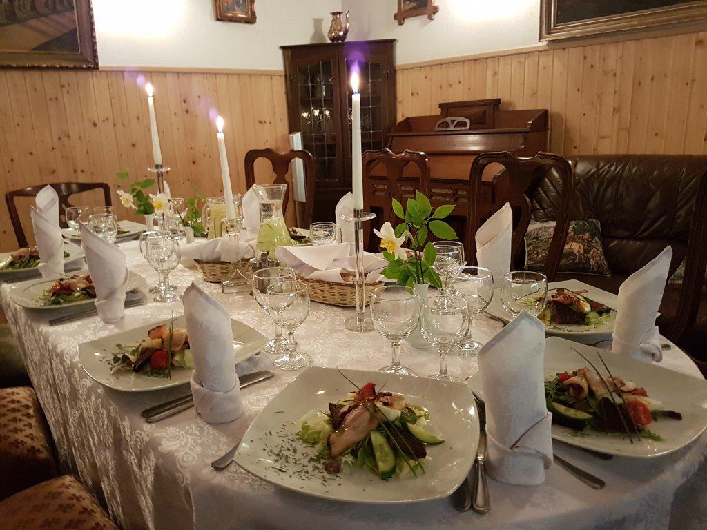 Vakariņas kamīnzālē